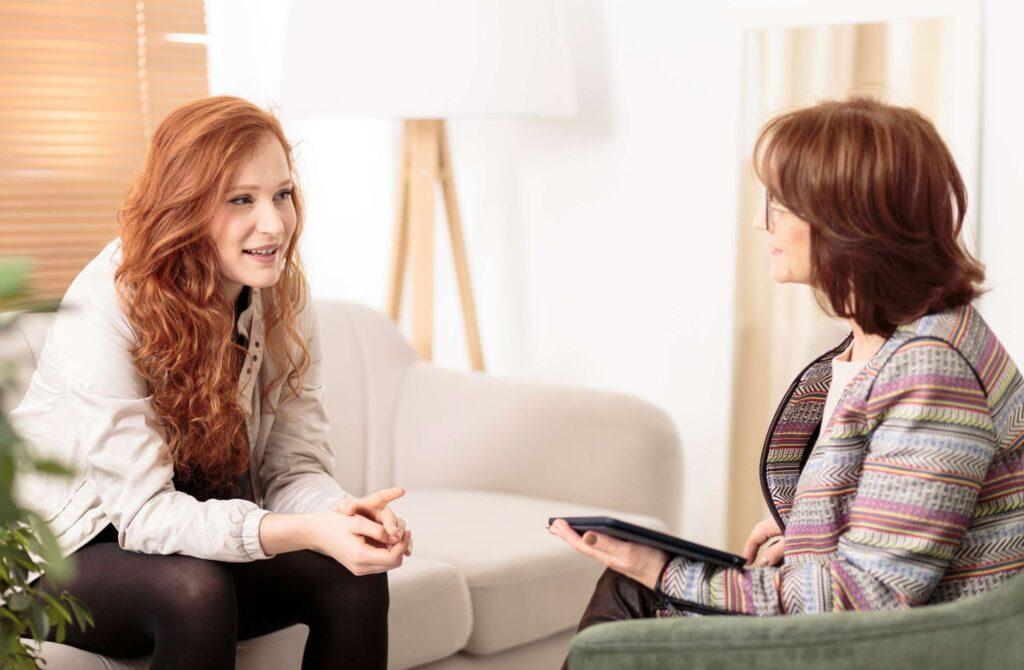 Kobieta korzysta z pomocy psychoterapeuty.