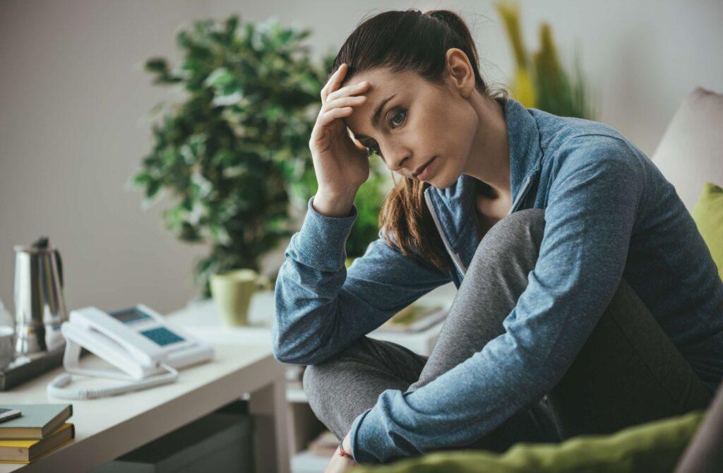 Smutna kobieta z objawami depresji.